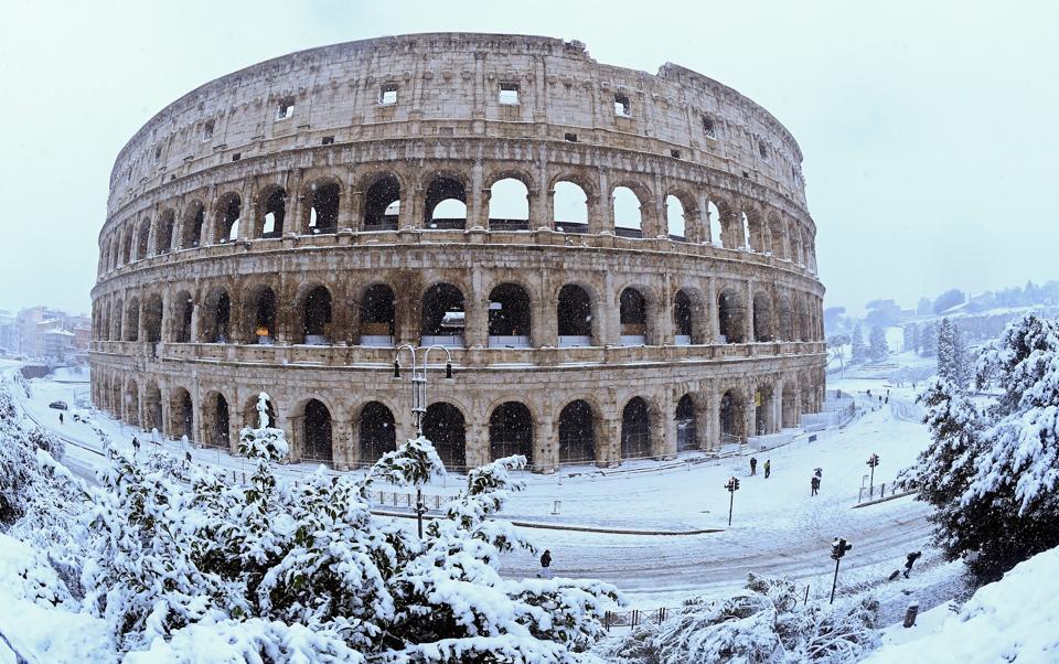the-colosseum-rome-seen-during-snowfall-heavy_77a9c708-1ae7-11e8-ad3f-dce09461b5da